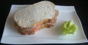 Bocadillo de atún, tomate y lechuga